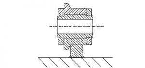 la chaîne roule sur un guide en appui sur ses rouleaux ou plus généralement sur ses galets droits ou épaulés